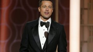 Rozvádějící se Brad Pitt na glóbu. Takto dali kolegové najevo, na koho jsou straně