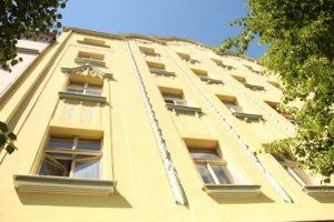 sluneční záření na stěně obytné budovy