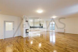 Pronájem rodinného odmu 6+kk, (260 m2), Praha 4 - Újezd, obývací pokoj a kuchyňský kout v přízemí rodinného domu