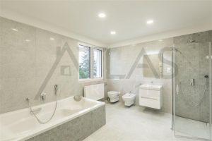 Pronájem rodinného odmu 6+kk, (260 m2), Praha 4 - Újezd, koupelna s vanou a sprchou