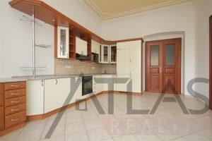 kuchyň v Pražském bytě na nábřeží - Pronájem bytu 7+1, (237m2), Praha 5 - Smíchov, Janáčkovo nábřeží