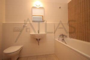 koupelna s vanou a prostorem pro pračku - Pronájem bytu 2+1 Praha 6 - Vokovice, ulice K Červenému vrchu