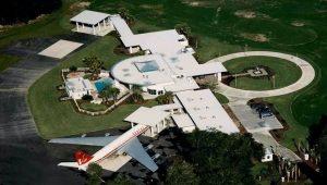 John Travolta má u svého domu na Floridě dvě přistávací dráhy pro letadla