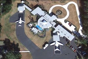 John Travolta je vášnivý pilot a majitel letadel, jeho dům leží u přístávací dráhy soukromého letiště