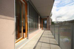 terasa přístupná z obývacího pokoje Pronájem nového bytu 3+kk, 89 m2, terasa, Praha 5 - Jinonice, Německá škola