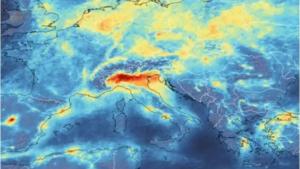 Smog (NO2) v zimním období nad severní Itálií v únoru 2020 (ESA)