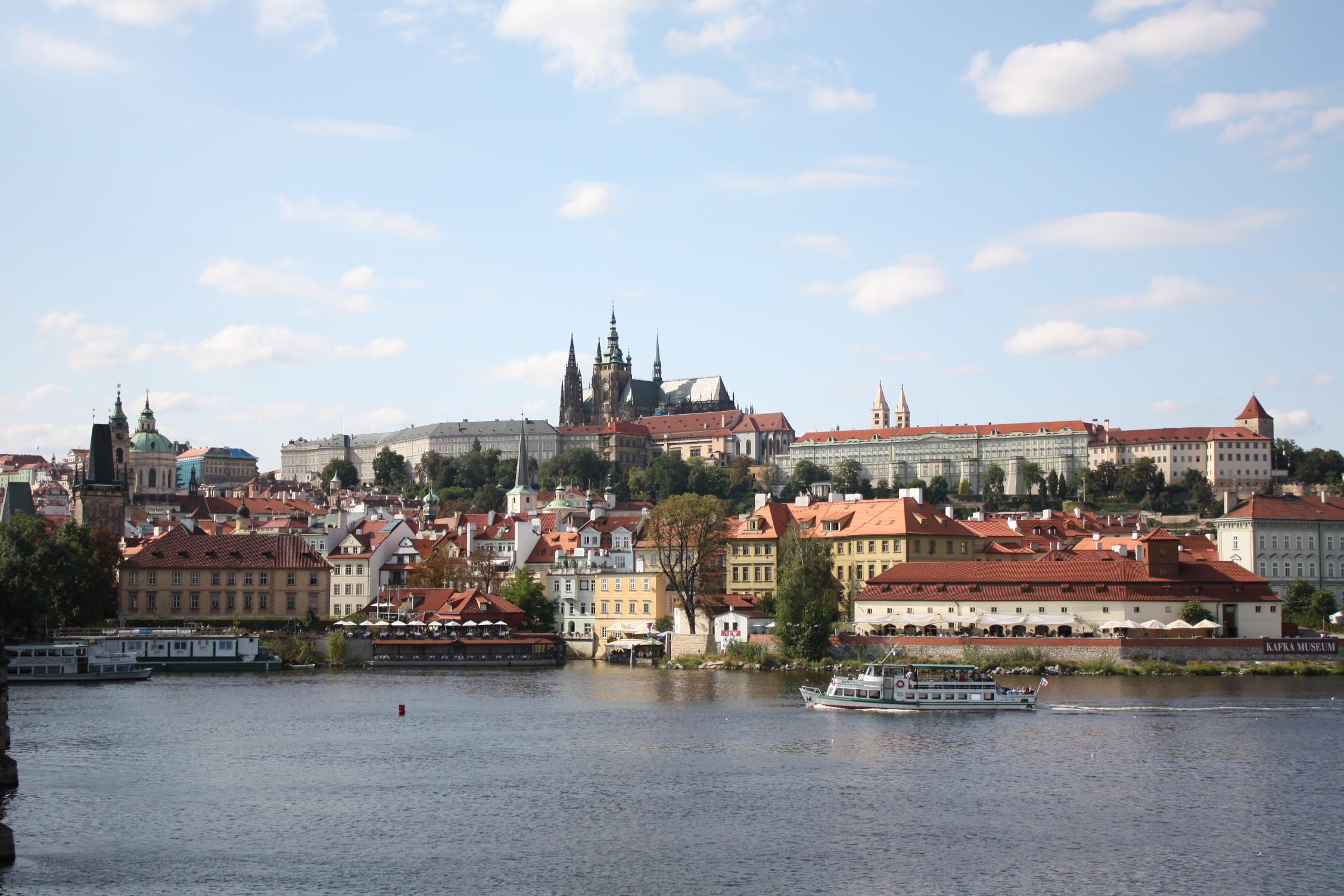 Historička Kateřina Bečková a historik architektury Rostislav Švácha v rezignačním dopise uvádějí, že nechtějí sloužit jako alibi pro záměry, které nepokládají za prospěšné pro rozvoj Prahy.