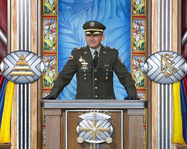 Podplukovník Carlos Peña, koordinátor protidrogového vzdělávání, kolumbijského protidrogového oddělení