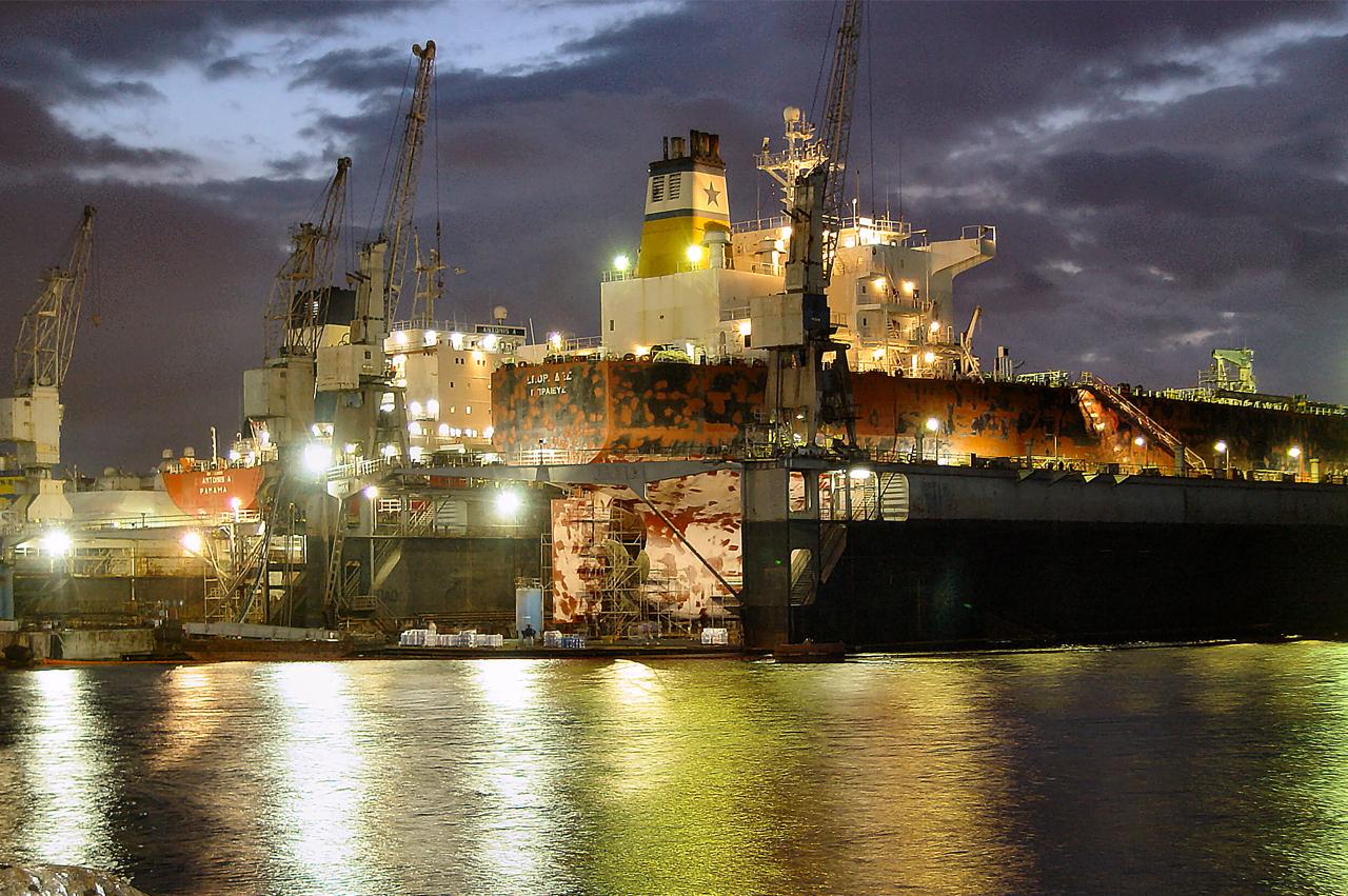 """Společnost NEORION HOLDINGS SA byla založena v roce 2004 za účelem racionálnějšího a efektivnějšího fungování společností skupiny. Nese výrazný název """"NEORION"""", aby prokázal kontinuitu činnosti v odvětví stavby a oprav lodí, která začala v roce 1861 v Syrosu založením první loděnice v Řecku, ve skutečnosti prvního těžkého průmyslu v nově vzniklém řeckém státě . NEORION HOLDINGS SA je 100% akcionářem společnosti SHIPBUILDING AND INDUSTRIAL ENTERPRISES OF SYROS a 70% společnosti SHIPBUILDING AND INDUSTRIAL ENTERPRISES. Rovněž stoprocentně ovládá společnost KEK Neorio s jednou osobou s ručením omezeným. Rozhodnutím valné hromady akcionářů ze dne 31. ledna 2005 zahrnuto do účelů společnosti, poskytování administrativních služeb třetím stranám, počítačové služby, finanční služby, zadávání veřejných zakázek, poradenské služby a obchodní plánování, řízení lidských zdrojů a další související činnosti. Zahrnut byl také nákup nemovitostí a využití nemovitostí společnosti. Poslední aktivita se týká využívání městských nemovitostí ve vlastnictví společnosti v Syros, kde již byla dokončena výstavba velkého nákupního centra v Ermoupolis, následovala výstavbou dalších obytných budov. Strategické cíle Cílem společnosti je objevit se a zůstat průkopníkem v odvětví stavby lodí ve vztahu ke středomořským loděnicím."""