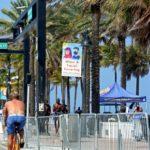 Karanténa pro ně nic neznamená : studenti na Floridě ve Spojených státech utíkají na pláže